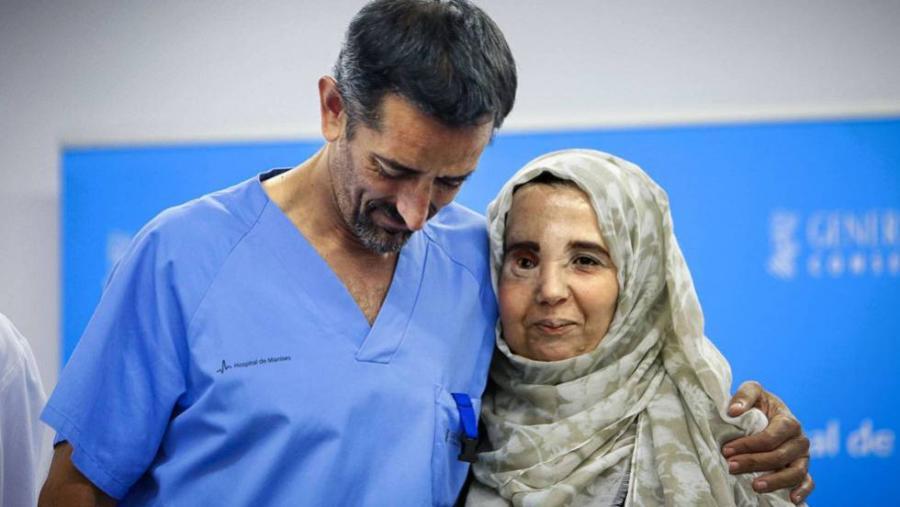 Portada  El doctor Cavadas recupera el rostro de una mujer marroquí rechazada
