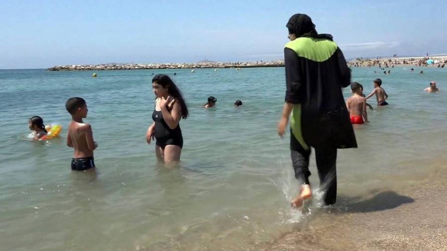 Portada  Piscinas de hoteles y clubes de Marruecos prohiben el 'burkini'