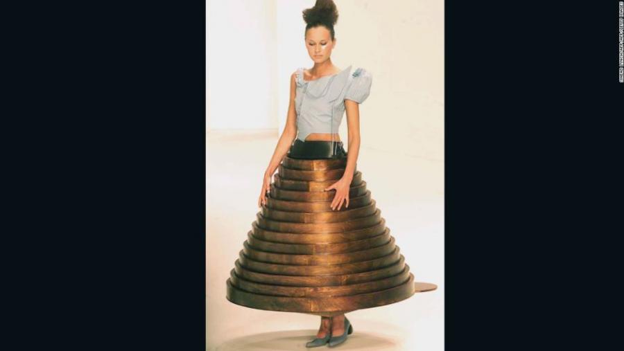 Mujeres Mujeres Vestidos que se disuelven y pantallas LED: el estilo de innovación de Hussein Chalayan