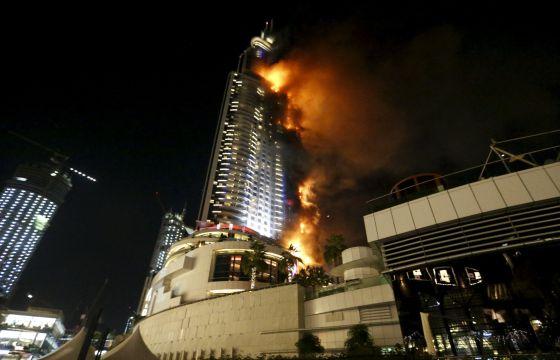Portada  Un gran incendio devora un rascacielos en Dubái