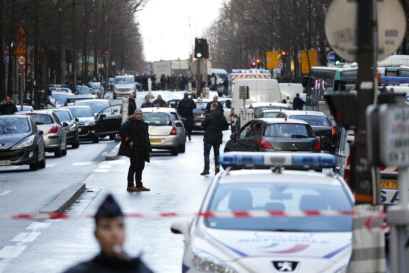 Portada  El hombre abatido en París tenía una hoja con la bandera de Estado Islámico y una reivindicación