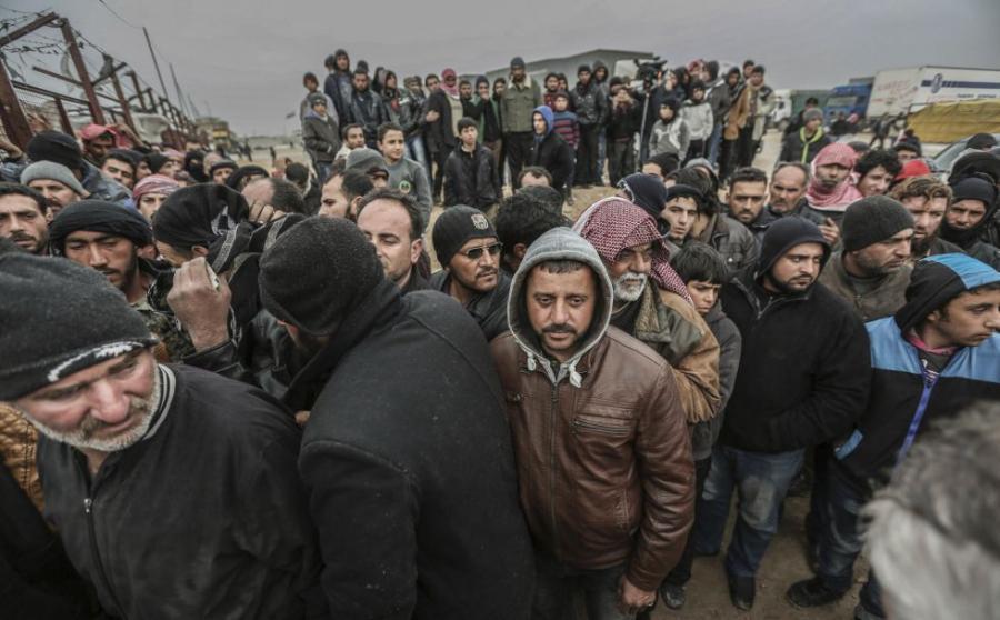 Internacional Internacional Decenas de miles de sirios huyen de Alepo hacia la frontera con Turquía